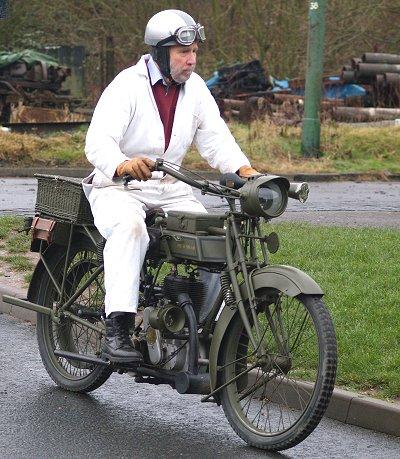 Кен Нортон катается на военной машине Sunbeam мощностью 3,5 л.с. Это французская версия с ременным приводом.